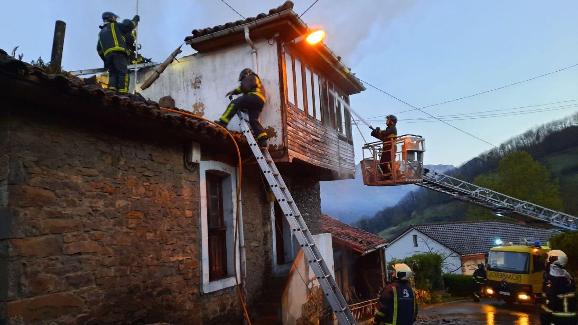 Intervención de los bomberos en la vivienda afectada