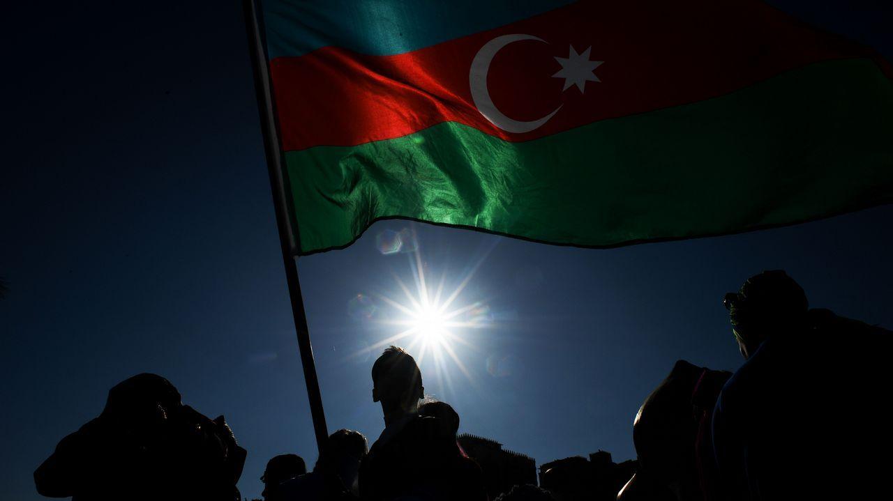 Una bandera de Azerbayán ondea en la ciudad de Bakú