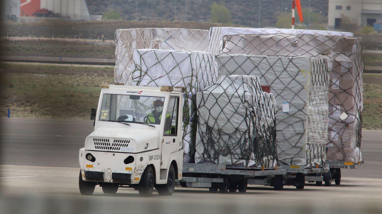 Personal del aeropuerto de Zaragoza desembarcando el material sanitario donado