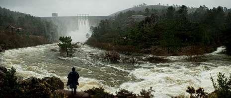 Las intensas lluvias de los últimos días obligaron a abrir las compuertas de la presa de Santa Uxía.