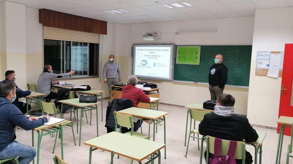 Carlos Parada (de pé, á dereita), nunha clase no instituto Río Cabe