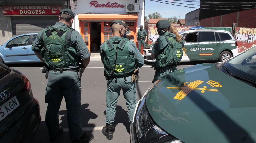 Agentes de la Guardia Civil, frente al local nocturno que fue registrado ayer en la calle Duquesa de Alba