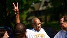 Bill Cosby saliendo de la cárcel
