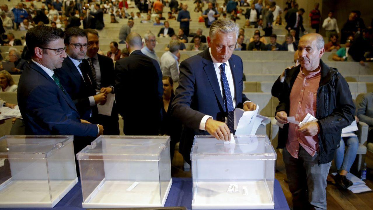 Paco Zas votando en la junta general de accionistas que le elegiría como presidente el pasado 28 de mayo.