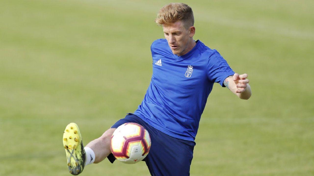Gol Ibra Saul Berjon Real Oviedo Mallorca Carlos Tartiere.Mossa controla un balón en El Requexón