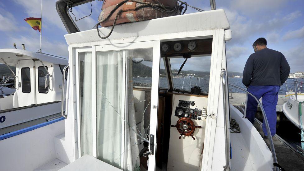 Demostración en el Tercio Norte.Una embarcación dañada, con el cristal de la puerta reventado