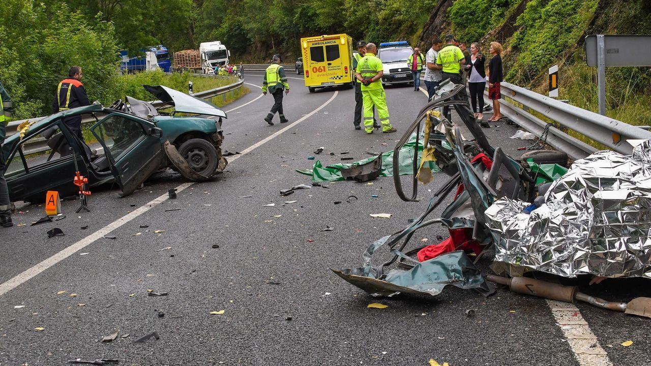 El coche en el que viajaban las víctimas quedó destrozado tras chocar contra un camión