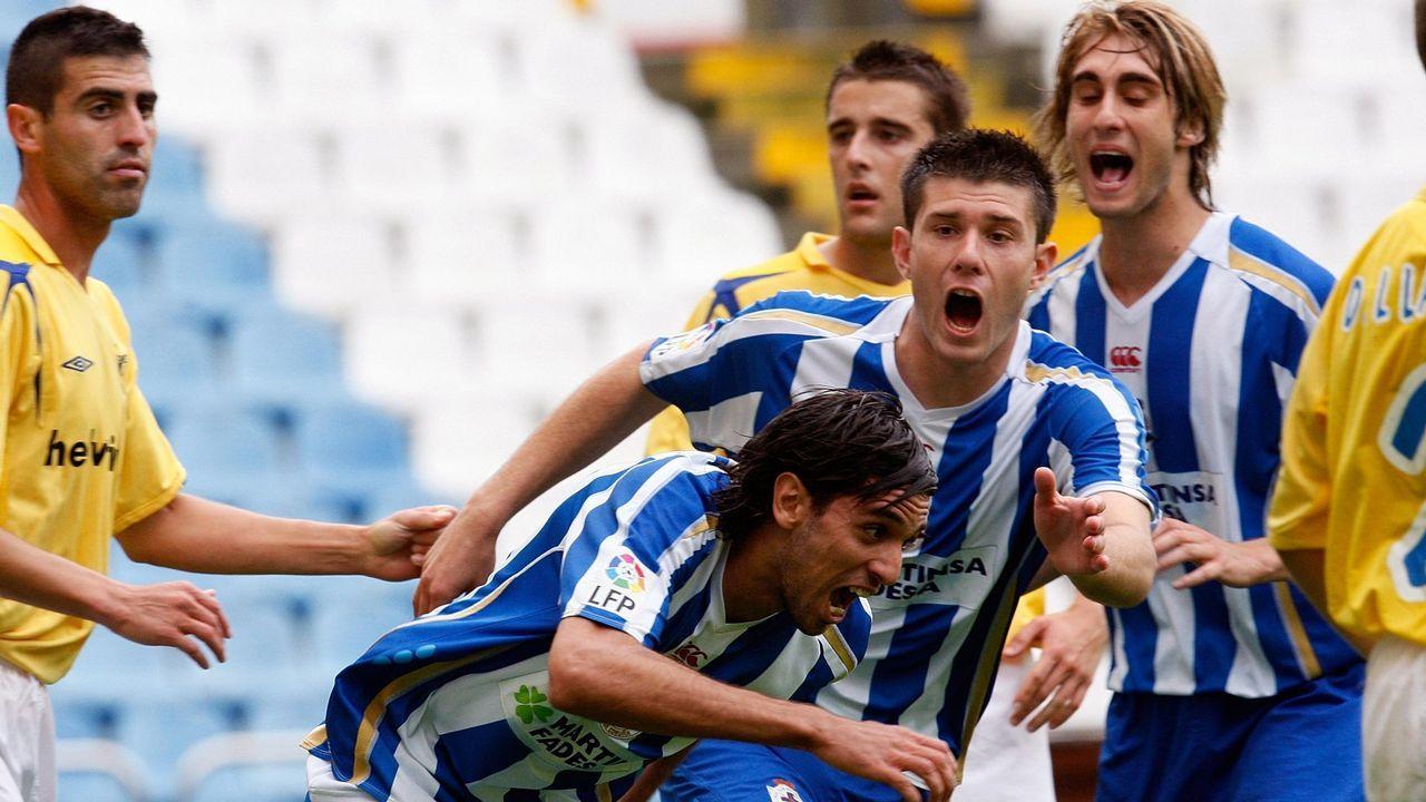 Lassad celebra con Juanan y Piscu un gol durante un partido de una fase de ascenso ante el Écija