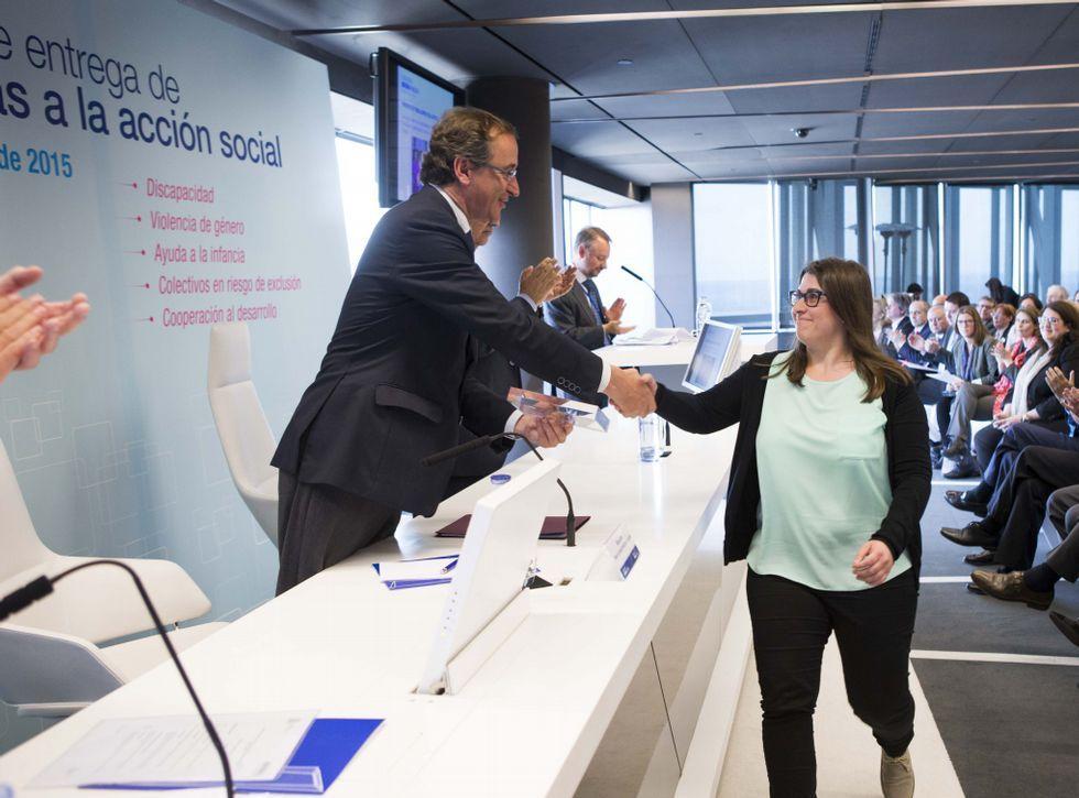 María Alonso, coordinadora del proyecto Mulleres colleiteiras recoge un premio de manos del ministro Alfonso Alonso.