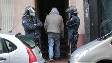 Dos policías vigilan la entrada a un piso okupado durante un desalojo en A Coruña