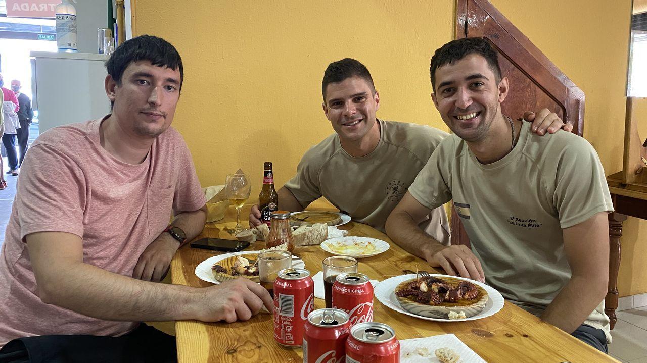 Tres peregrinos disfrutan de una comida tras la reapertura de los albergues