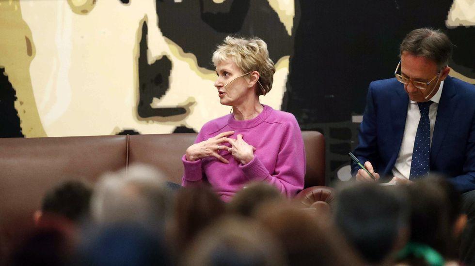 La escritora estadounidense Siri Hustvedt, Premio Princesa de Asturias de las Letras, se reunió hoy martes en el IES Alfonso II de Oviedo con estudiantes de tercer y cuarto curso de la ESO y Bachillerato para hablar sobre la lectura.- EFE/ José Luis Cereijido.
