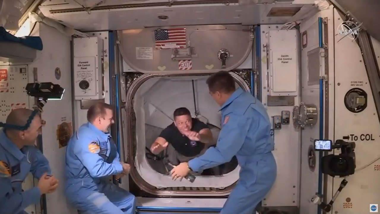 Se acopla con éxito a la Estación Espacial Internacionalla primera misión tripulada de EE.UU. en nueve años