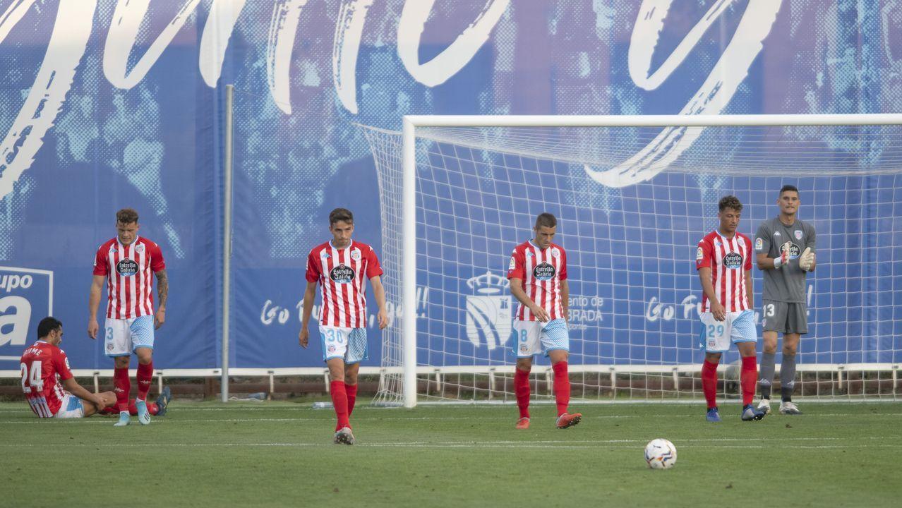 Los jugadores del Lugo, abatidos tras el primer gol del Fuenlabrada