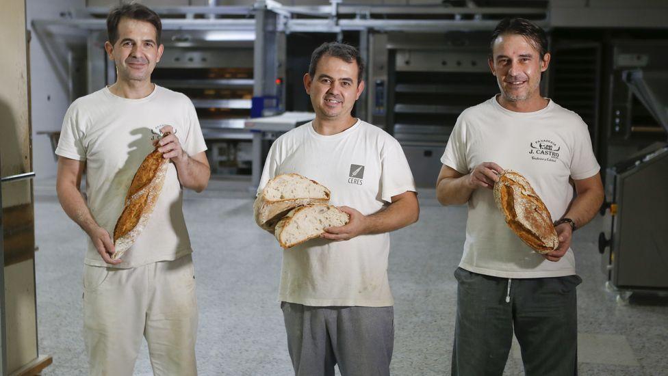 De izquierda a derecha, Suso, Diego y Gaspar Castro, en el horno de la calle Buhida de Neda