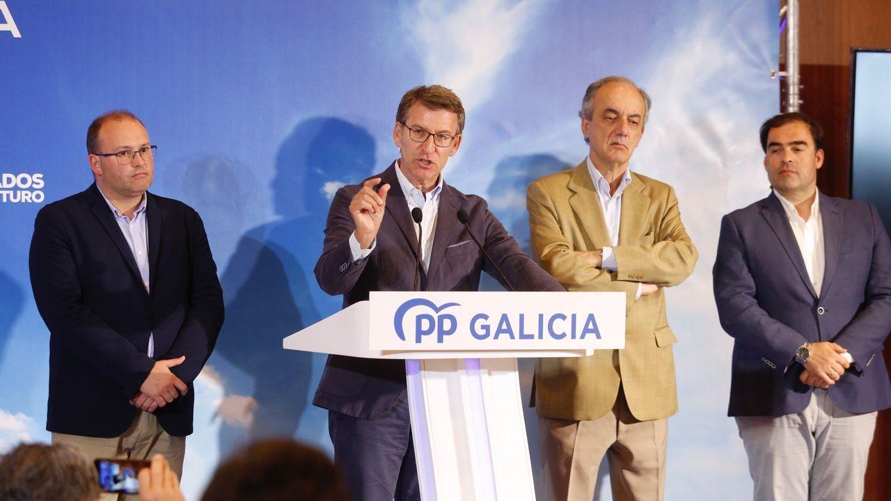 Alberto Varela presenta su nuevo equipo.Elba Veleiro (izquierda) puede ser la alcaldesa de Vilalba, el concello natal de Fraga, después de 40 años de gobiernos de derechas. En la imagen, saluda a la viuda del fundador de la agrupación socialista de la localidad