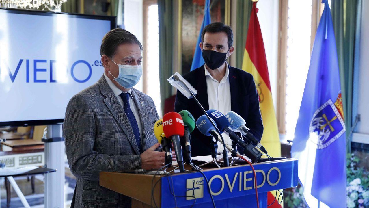 El alcalde de Oviedo, Alfredo Canteli, y el concejal de Economía, Javier Cuesta