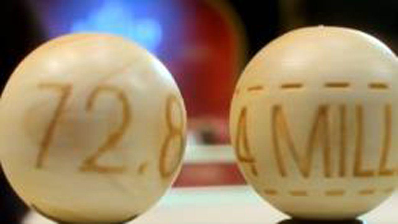 España se llena de sonrisas enmascaradas gracias a la Lotería de Navidad.Alegría en O Grove, donde se vendieron diez décimos del Gordo