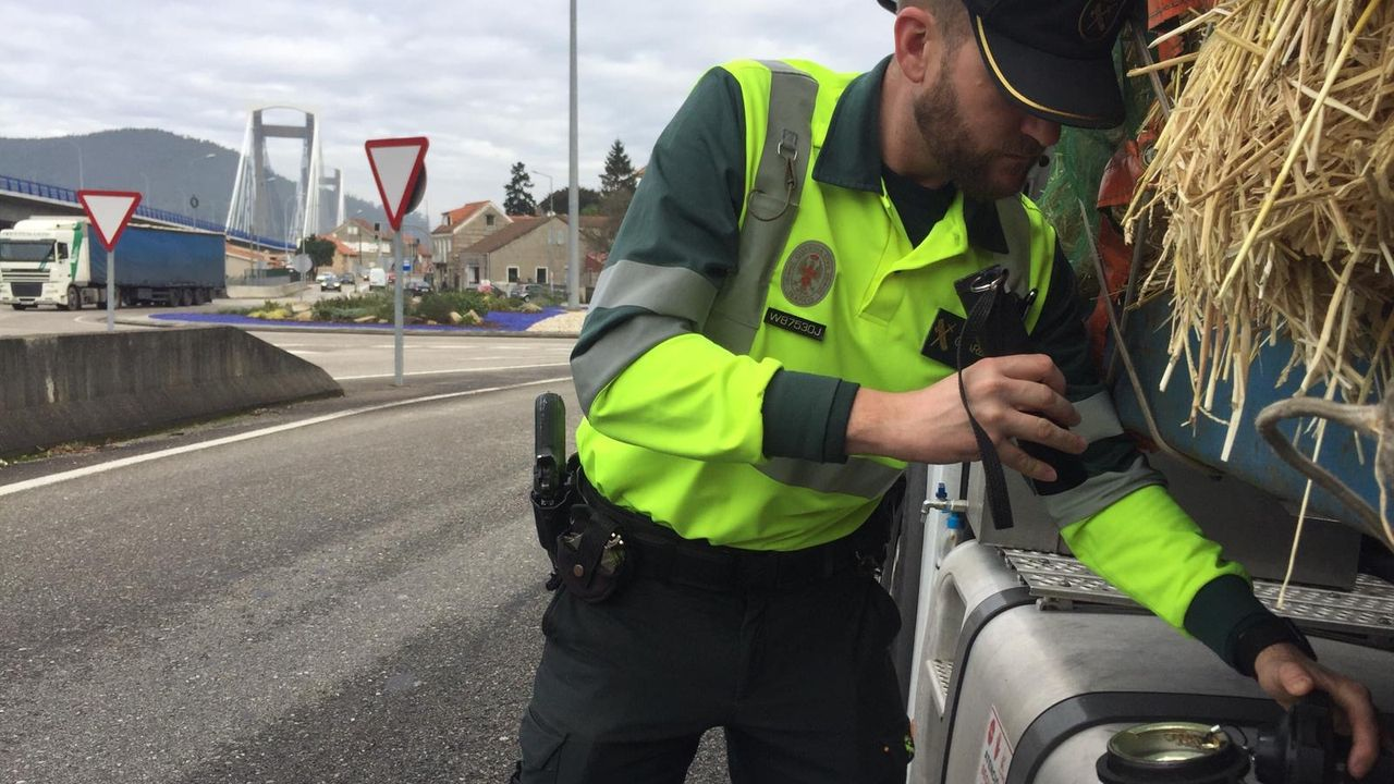 Un guardia civil examina el depósito de combustible de un camión dentro de la campaña especial de vigilancia del transporte