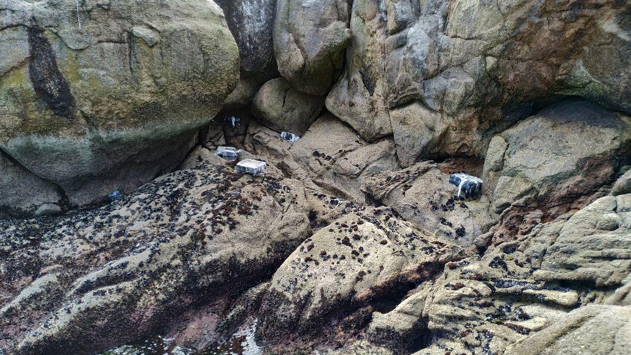 Viaje al interior del narcosubmarino que cruzó el Atlántico.Fardos encontrados en rocas de la ría de Arousa, y que se corresponden con el alijo del fin de semana