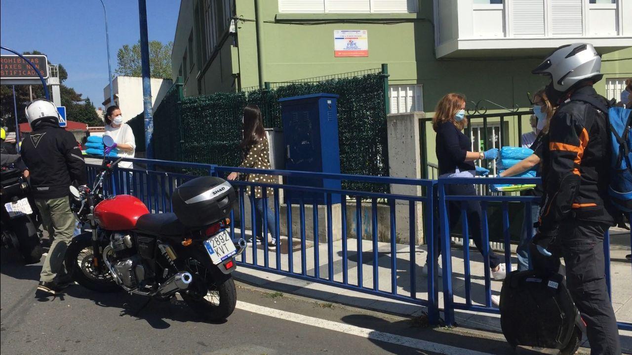 Los motoristas esperando para recoger el material escolar.Oriol Junqueras, a su llegadaa principios de marzo al campus de la UVic-UCC en Manresa,