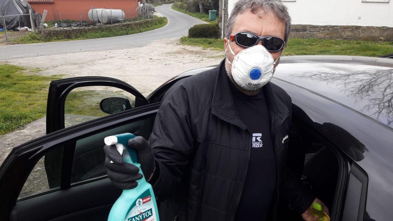 El chantadino José Luis Baltar Díaz usa mascarilla y lleva desinfectante en el coche