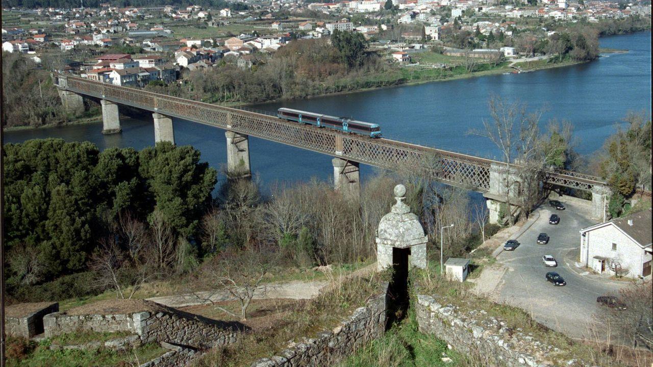Imagen de archivo del puente internacional de Tui con el tren Vigo-Oporto cruzando