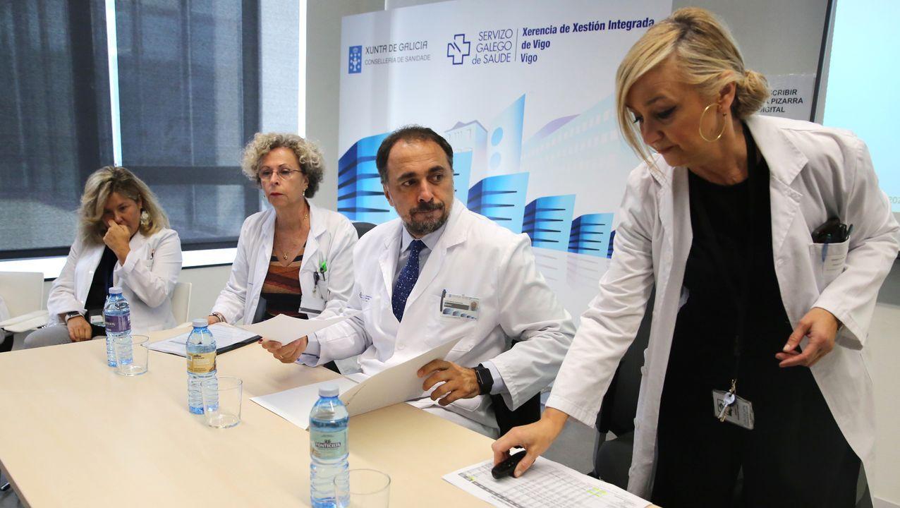 Susana Cerqueiro, a la derecha, cuando Julio Comesaña (a su lado) era gerente; Elena Lorenzo es la primera por la izquierda
