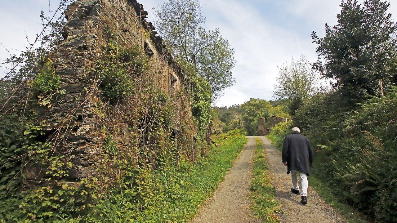 El historiador Carlos Breixo pasea junto a una casa abandonada en una aldea de Ortigueira