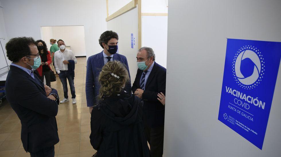 Ramón Ares, a la derecha en el nuevo punto de vacunación, valoró este martes la evolución de los casos en Monforte