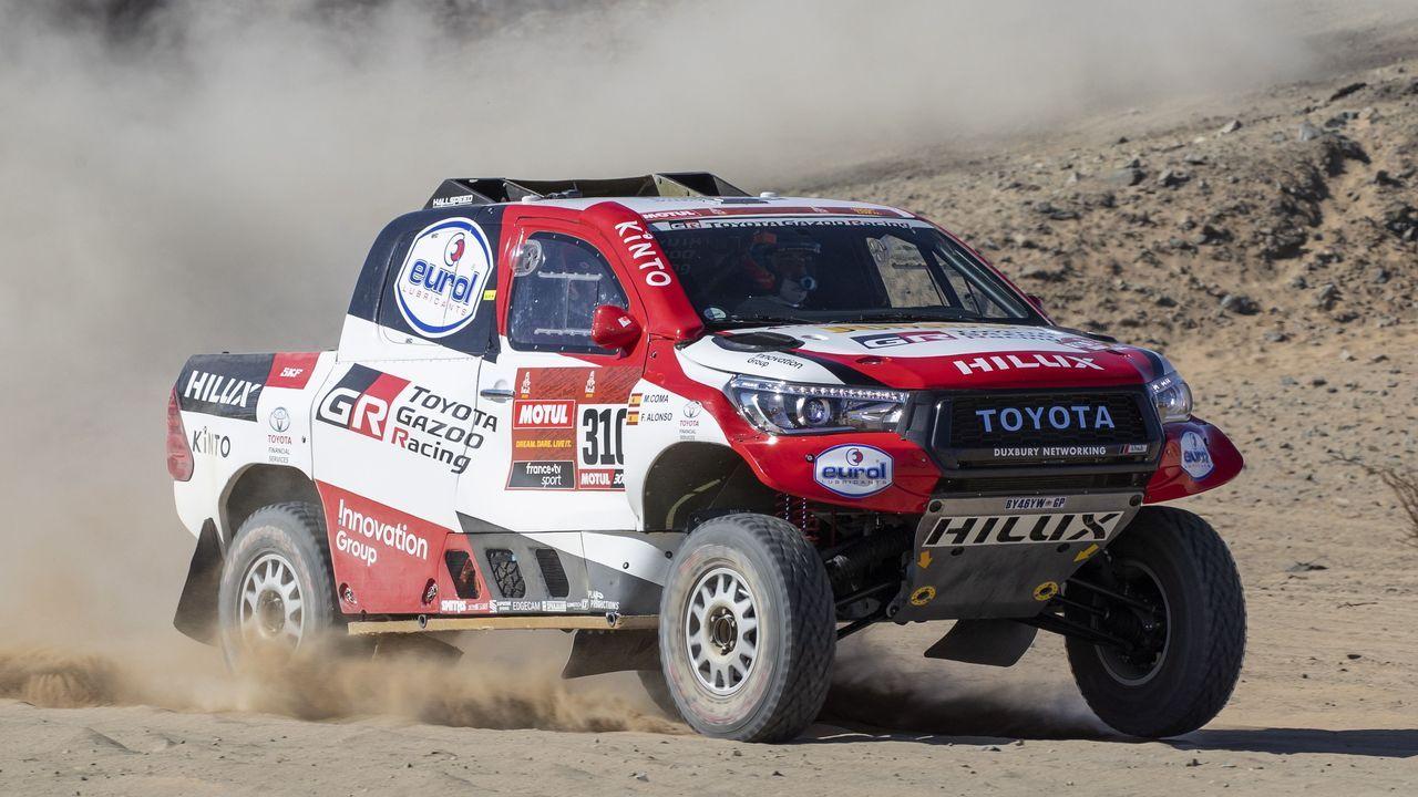 El monfortino Eduardo Iglesias se encuentra con Fernando Alonso en el desierto.Fernando Alonso conduce su vehículo, antes del inicio de la prueba