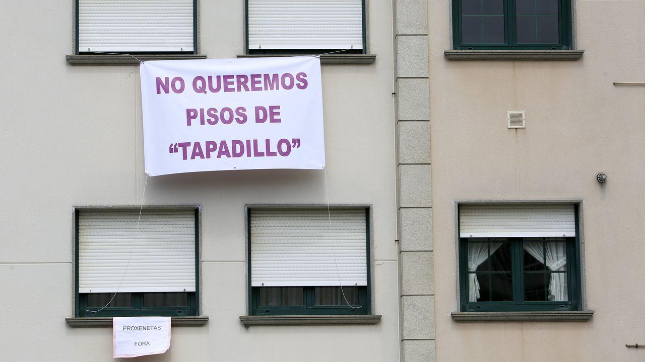 Los vecinos colocaron un gran cartel para denunciar al proxeneta