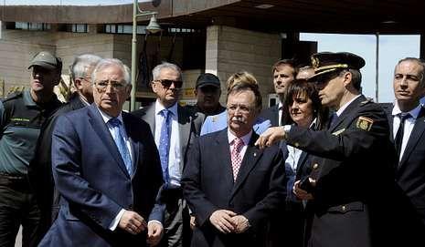 Ada Colau: «Sí se podía».Imbroda y Vivas, durante la visita de ayer a la frontera melillense. .