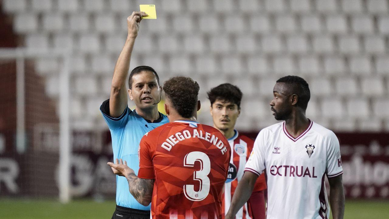 La afición recibe a Lugo tras su permanencia en segunda.Rubén Albés, en la banda del Ángel Carro