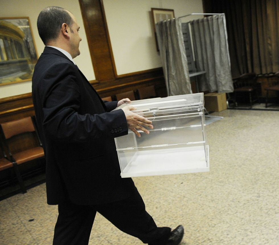 La jornada electoral en Ourense.Los 372 mesas electorales de Vigo registraron ayer los últimos preparativos antes de abrir hoy.
