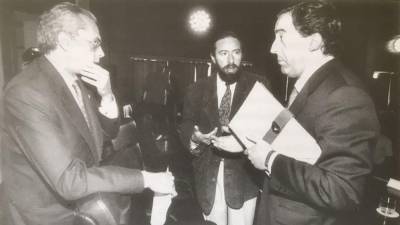 El magistrado Carlos Bueren, Felipe Suárez y el entonces teniente fiscal Javier Zaragoza durante un receso del primer Congreso Nacional sobre Legislación Antinacrotráfico, celebrado en Bamio en 1994.
