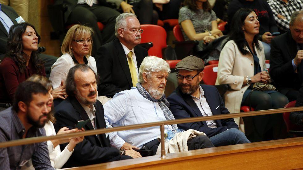 Un histórico, Xosé Manuel Beiras, con el alcalde de Santiago, Martiño Noriega, y varios diputados de En Marea en el Congreso