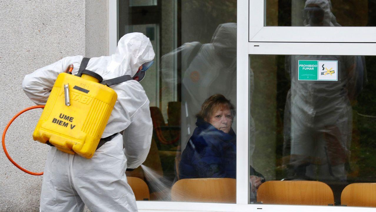 La protesta de los sanitarios en Cabueñes.Efectivos de la UME durante las labores de desinfección del hospital de Cabueñes de Gijón en primavera