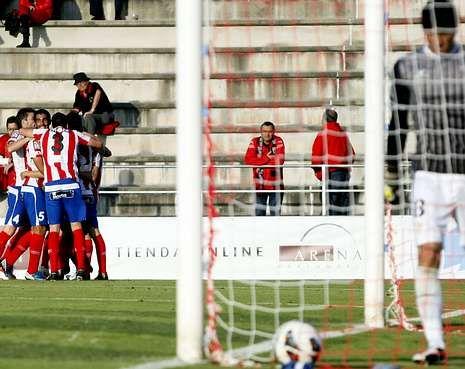 Abidal vuelve a sentirse futbolista.Los jugadores del Lugo, celebrando uno de los goles al Mirandés en el Ángel Carro.