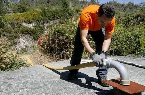 Dispositivo de búsqueda en el río Umia.Protección Civil dejó lleno ayer el depósito local con agua procedente de la traída del Umia.