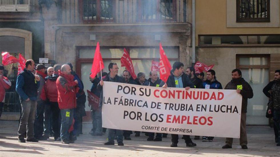 Denuncian deficiencias en el servicio de transporte de mochilas de Correos.Protesta de los trabajadores de la fábrica de armas de Trubia