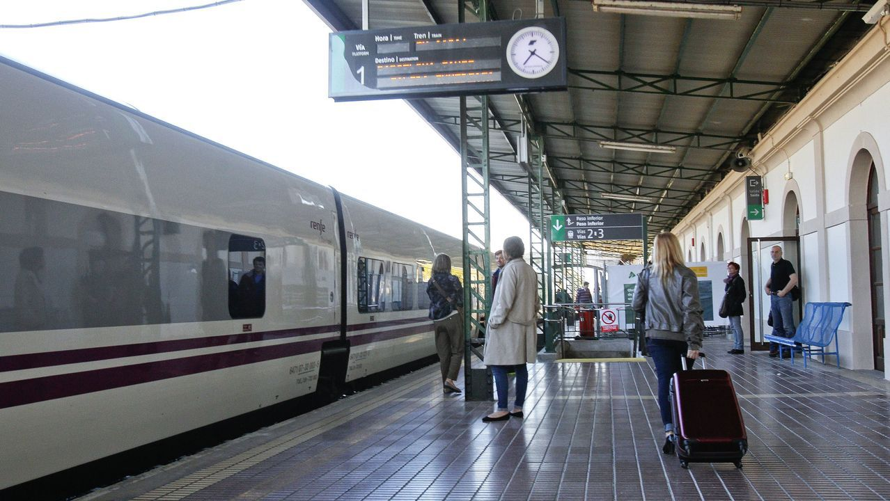Herido leve tras caer con su coche a las vías del tren de O Porriño.El tren hotel de Barcelona en la estación de Lugo