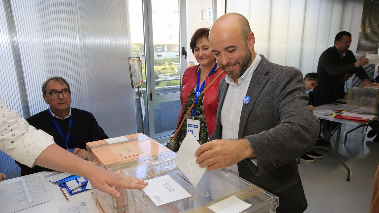 El portavoz de En Marea, Luís Villares, de los más madrugadores de Lugo en votar en estas elecciones generales