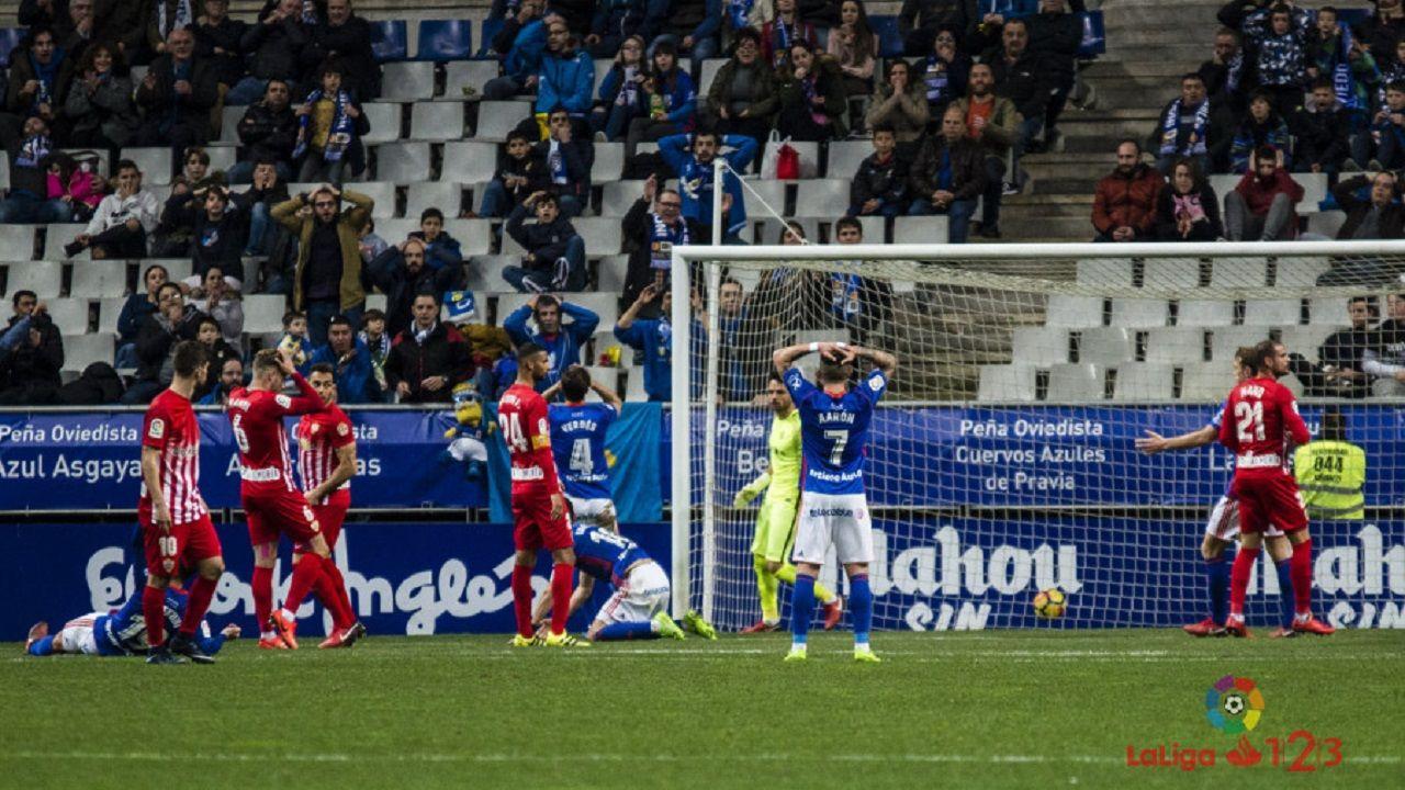 Linares Verdes Aaron Carlos Tartiere Real Oviedo Almeria.Aaron y Verdes se lamentan tras una ocasion de Linares