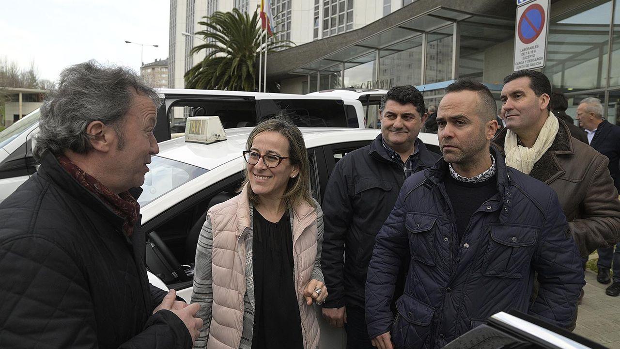 ethel.La conselleira de Infraestruturas e Mobilidade, Ethel Vázquez, acompañada por el presidente de la Federacón Galega do Taxi (Fegataxi), Manuel Sánchez Quindimil.