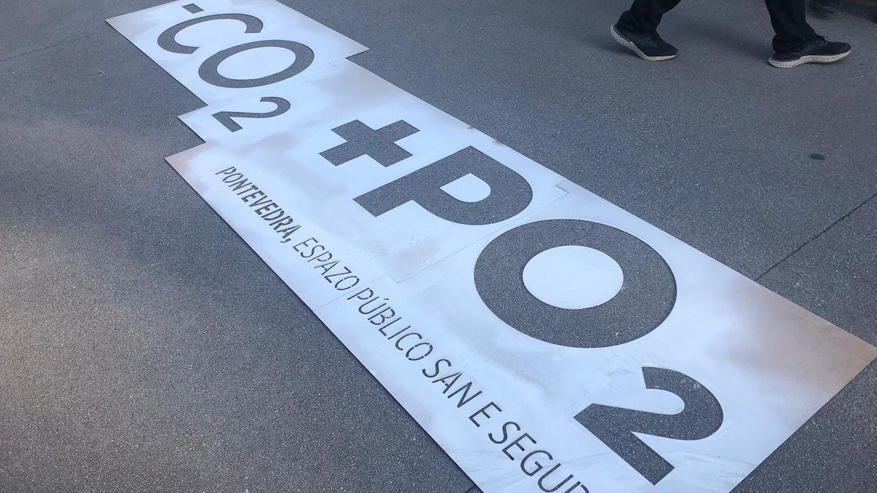 El lema -CO2+PO2 ya luce en varias zonas de la ciudad de Pontevedra