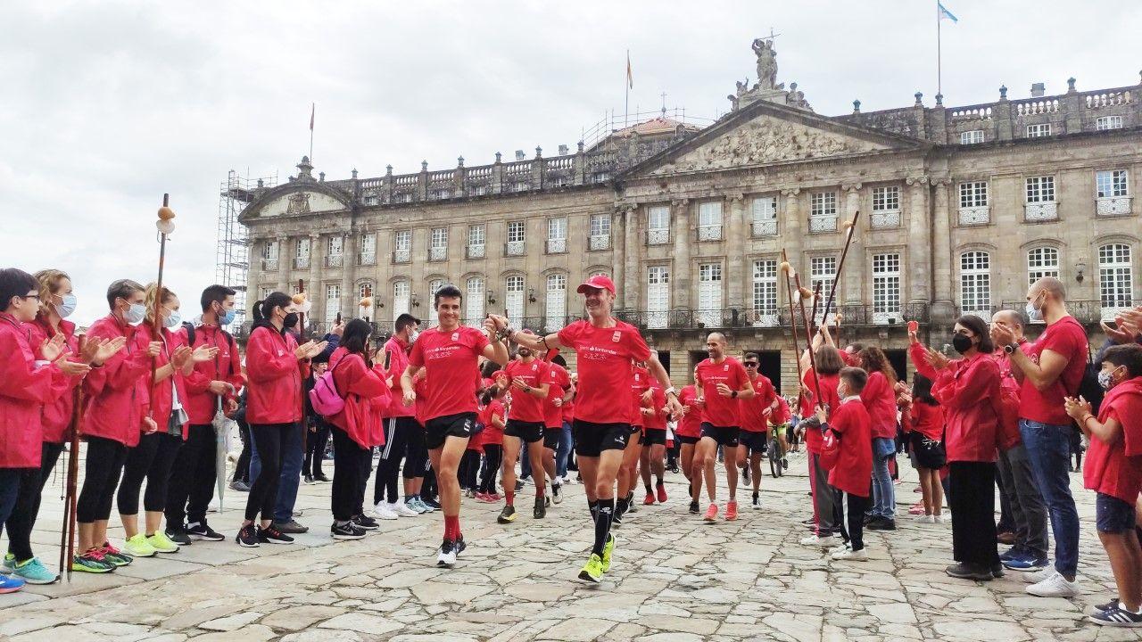 Martín Fiz y Gómez Noya llegan al Obradoiro tras completar la última etapa del Camino de Santiago.