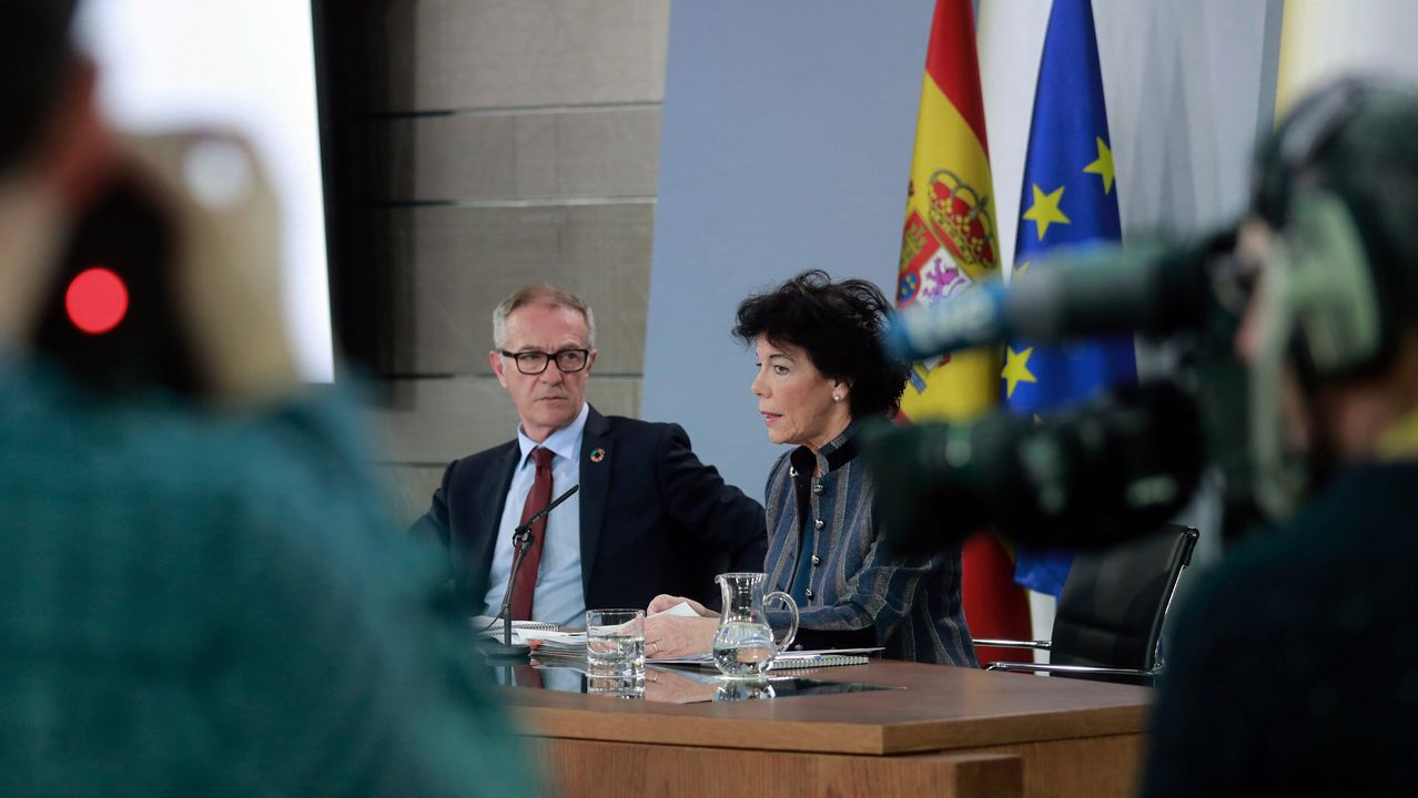 El ministro de Cultura, José Guirao, y la ministra portavoz, Isabel Celaá, durante la rueda de prensa tras la reunión hoy del Consejo de Ministros