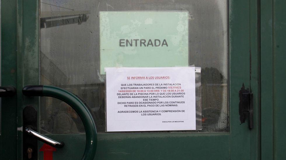 Cartel en la puerta de la piscina que informa de los dos paros convocados para este viernes