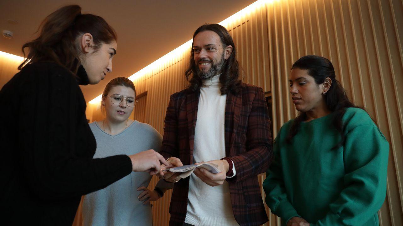Mabel, Elena y Tamara, junto al diseñador Javier Quintela